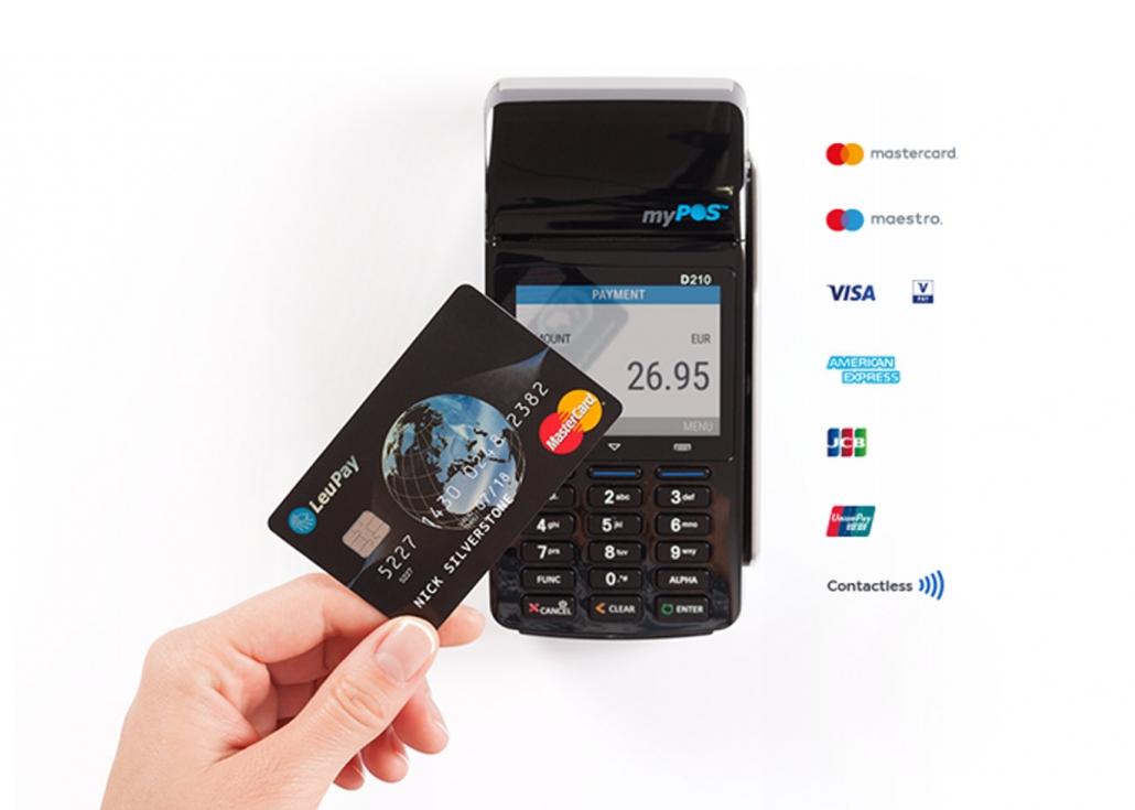 Kreditkarte mit Zahlungsterminal